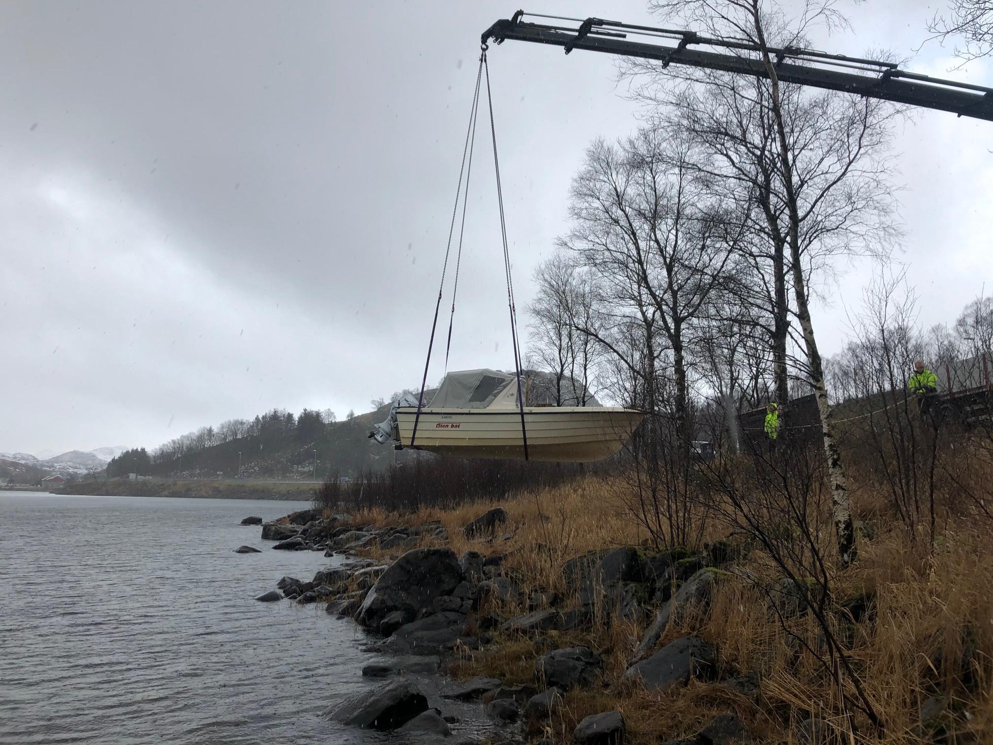 Sjøsetting av båt for georadar i vann, Geomap Norge AS.jpg